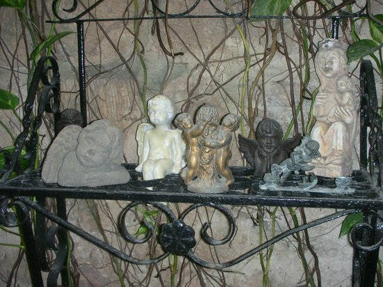 Casa La Fe - a Kali Hotel: Some of the many artworks in the courtyard