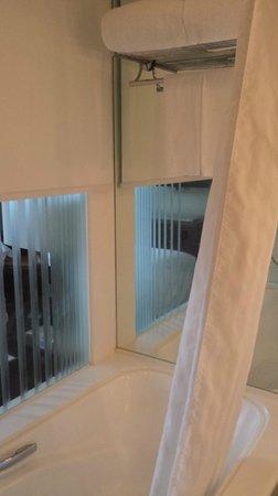 Cordis, Hong Kong at Langham Place: Bathtub and tower rack