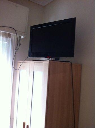 Adams Hotel: la tv dando al techo y solo funcionan 2 canales