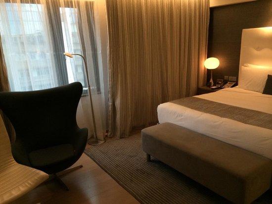The Mira Hong Kong: 1048, mehr Platz vor dem Bett