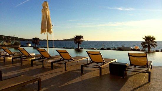 Radisson Blu Resort & Spa, Ajaccio Bay : Vue sur la piscine et la baie d'Ajaccio