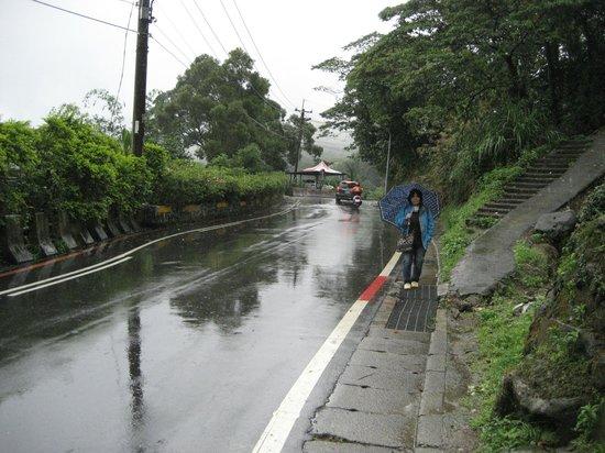 Maokong mountain: 田舎の道もちゃんと舗装