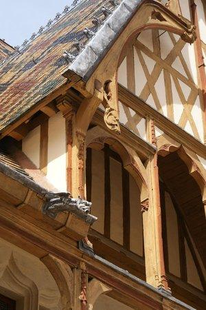 Musée de l'Hôtel-Dieu : Détails de la façade
