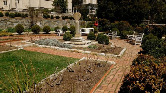 Washington National Cathedral: beautiful garden adjoining the cathedral