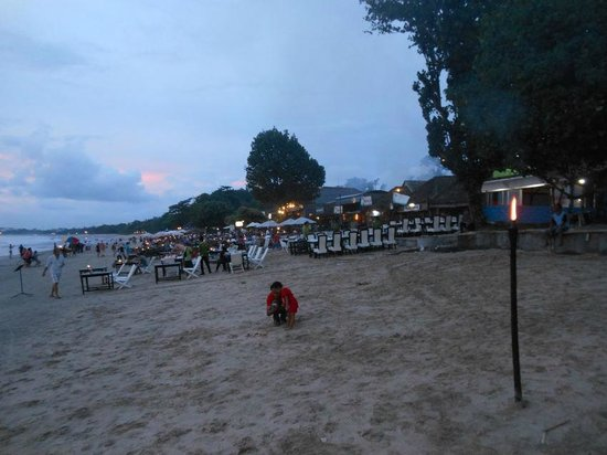 Teba Cafe Jimbaran: Tables & chairs in the sand