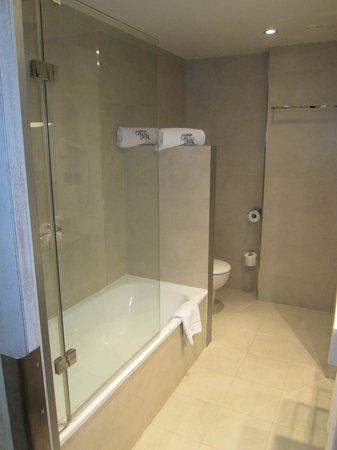 Hotel Barcelona Catedral: slippery tub