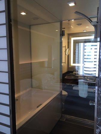 Salle de bain communiqua te sur la chambre avec douche et baignoire r unies e - Cabine de douche avec baignoire ...