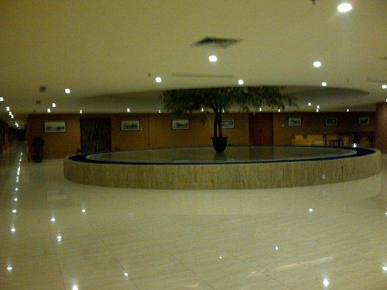Lion Hotel & Plaza: jalan menuju ke kamar