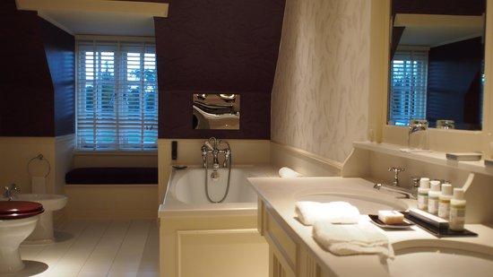 Chewton Glen Hotel & Spa: Huge Bathroom