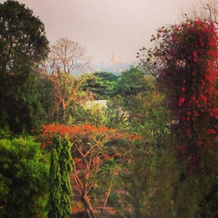 Inya Lake Hotel, Yangon : Shwedagon Pagoda - This is a REAL photo!!!