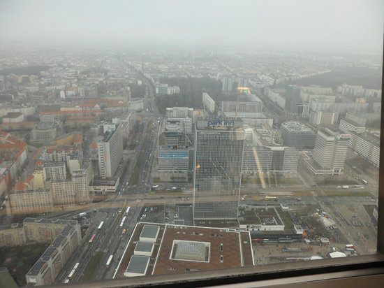 Park Inn by Radisson Berlin Alexanderplatz: Вид на отель из ресторана  Берлинской телебашни