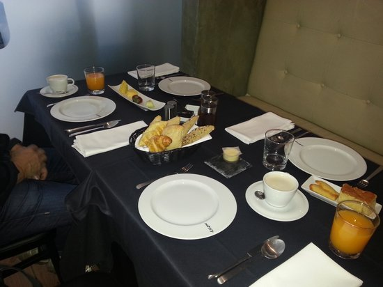 9HOTEL MERCY: desayuno servido
