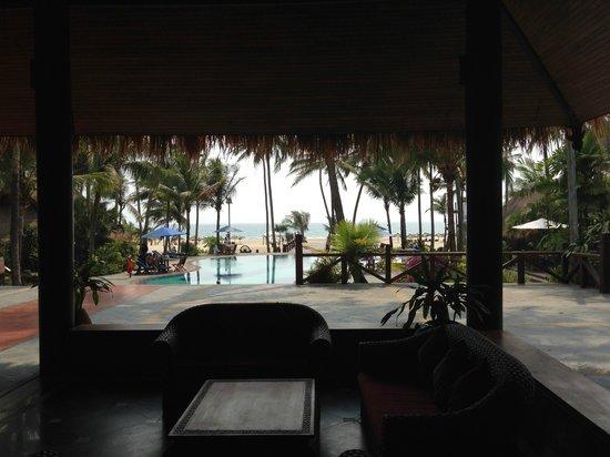 Myanmar Treasure Resorts - Ngwe Saung : レセプションからビーチを望む