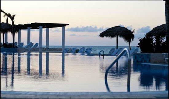 Hotel Cayo Santa Maria : Piscine après le coucher de soleil