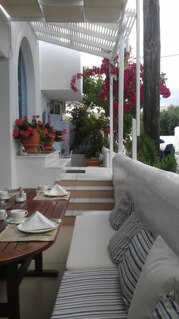 Saint Vlassis Hotel: seated near the flowers for breakfast - perfect !