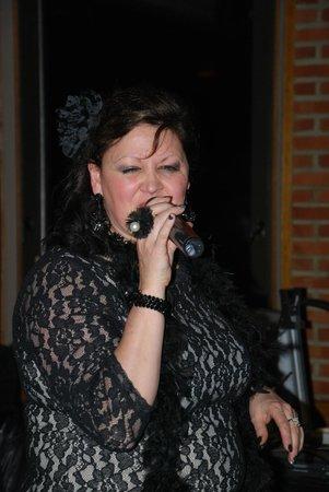 Hostellerie le Ry d'Ave: lapatronne qui chante divinement bien