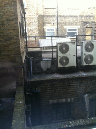 London City Hotel : Noisy fans and a grim view