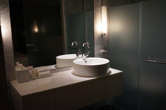 The Dupont Circle: 実用性よりデザイン重視な洗面台とバスルーム