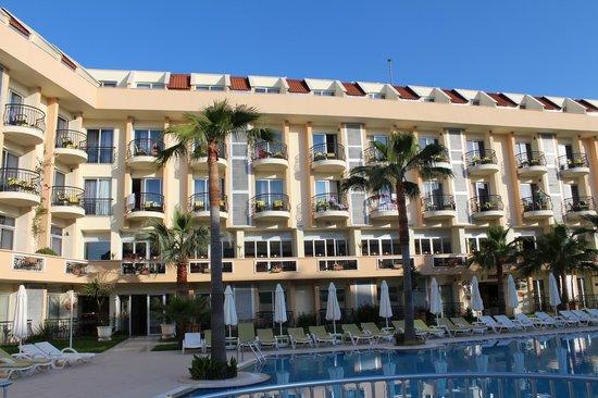 Camyuva Beach Hotel : отель со стороны бассейна
