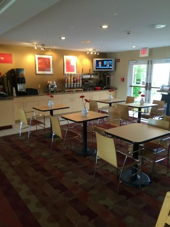 TownePlace Suites Wichita East: Breakfast area