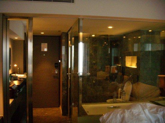 The Mira Hong Kong: bathroom