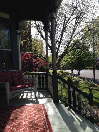 Bellevue Bed and Breakfast: Front porch