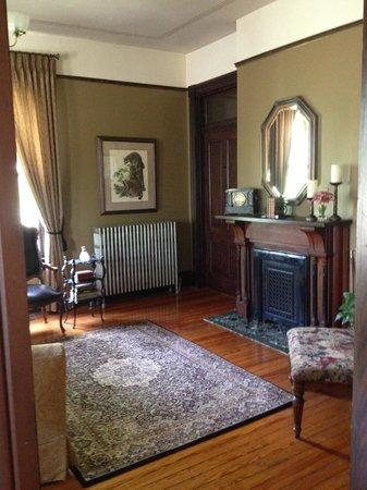 Bellevue Bed and Breakfast: Front room