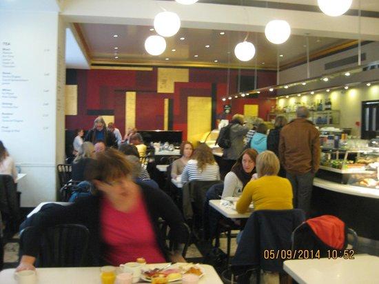Karl Fazer Cafe: столики для завтрака, обеда и кофепития