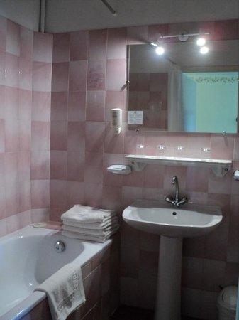 Hotel du Forum: Goedfunctionerende schone badkamer