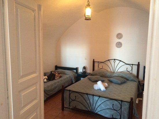 Villa Ilias Caldera Hotel : Bedroom.  2 more beds in living room area
