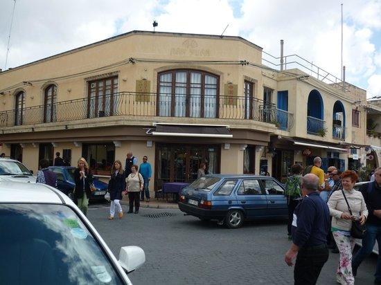 Tartarun Fish Restaurant: 外観、入口の角です