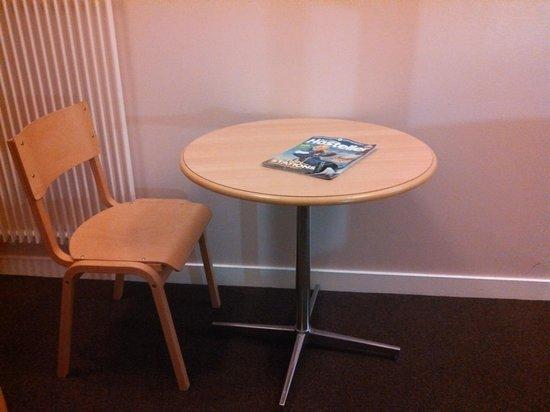 Edinburgh Central Youth Hostel : Table