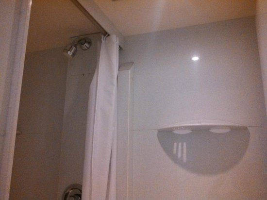 Edinburgh Central Youth Hostel : En-suite showerroom