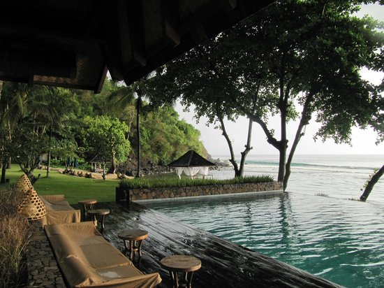 Jeeva Klui Resort: View from the restaurant over the pool and grounds
