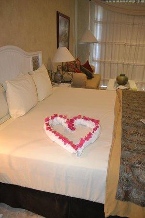 Villa La Estancia: Fresh flowers left on our bed!!!!
