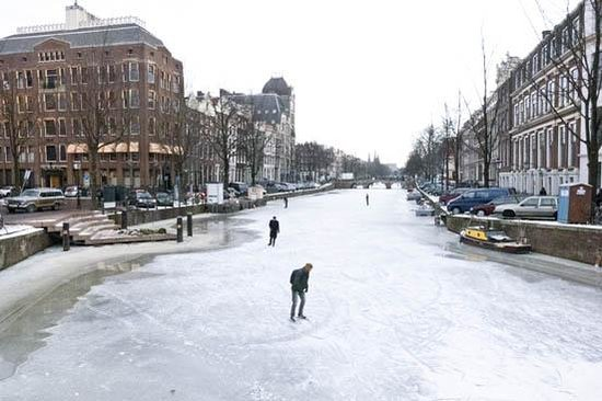 Emperor's Canal (Keizersgracht): Skating in the winter time