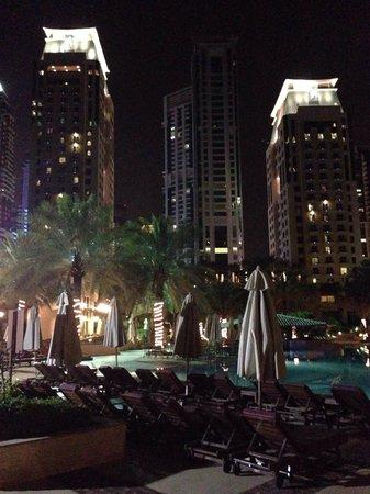 Habtoor Grand Resort, Autograph Collection, A Marriott Luxury & Lifestyle Hotel : Pool und die zwei Tower