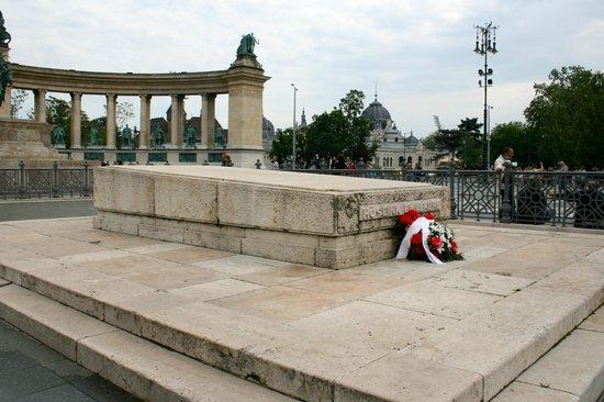 Place des Héros : Tomb