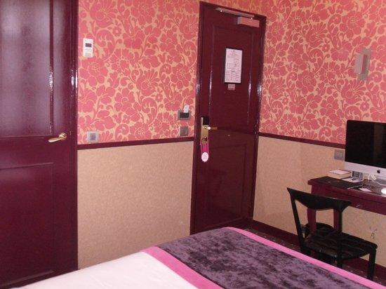 Hotel Design Sorbonne: From bed the bathroom door left and entrance door