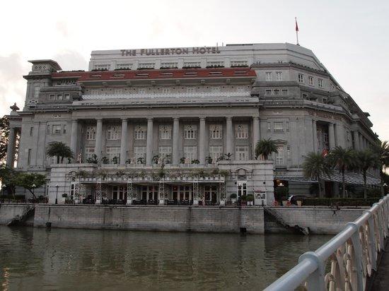 The Fullerton Hotel Singapore: シンガポールリバー側からのFullerton Hotel