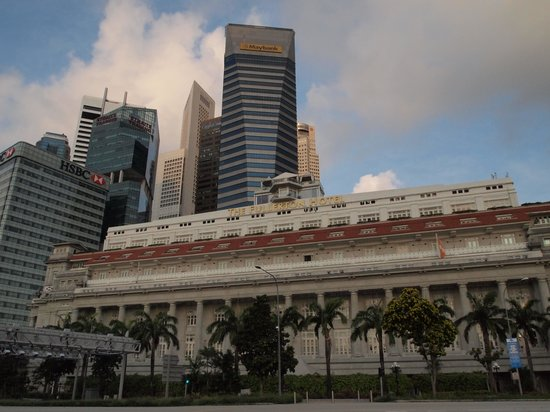 The Fullerton Hotel Singapore: マリーナ側からのFullerton Hotel