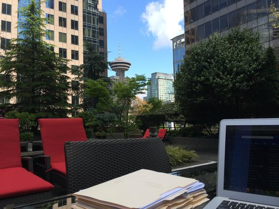 Four Seasons Hotel Vancouver : Working outside by the Pool