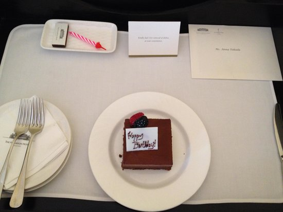 The Fullerton Hotel Singapore: お誕生日ケーキ!