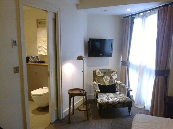 The Alma Hotel: Zimmer 18, Sessel und Bad