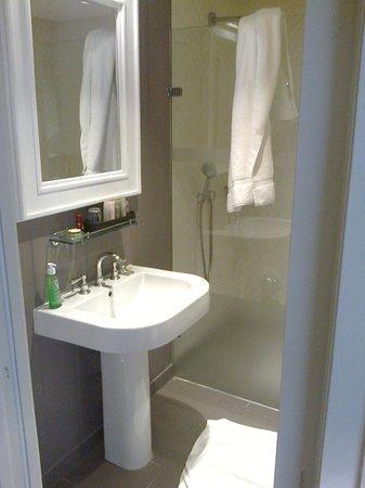 The Alma Hotel: Zimmer 18, Minibar und Schrank