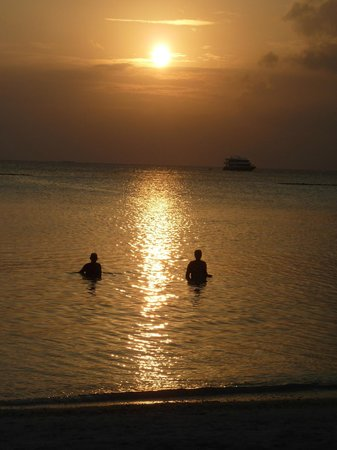Vakarufalhi Island Resort: Baden im Sonnenuntergang :-)