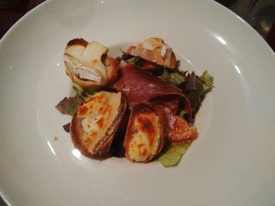 La Table Des Douets Fleuris : Salade au chèvre chaud et jambon.