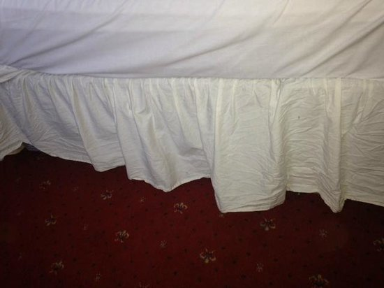 Britannia Prince of Wales - Southport : The creased bed skirt