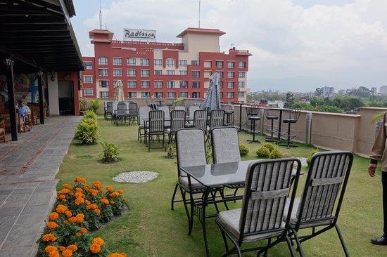 Radisson Hotel Kathmandu: 気持ちの良いオープンテラス(レストラン)