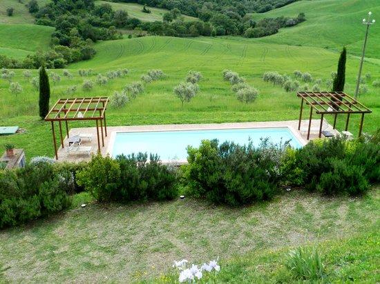 Quercia Rossa Farmhouse : Piscina immersa nel verde